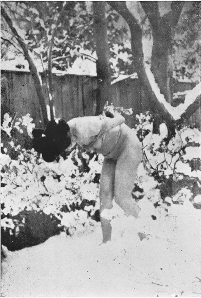Frau im Schnee, gefesselt
